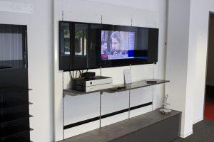 Küchenrückwand schwarz mit LCD-Integration in unserer Ausstellung
