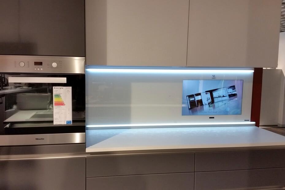 Nischenrückwand Klarglas weiß lackiert mit 27″ LCD
