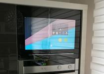Schwebetür Küche mit Display und Touch integriert