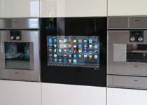 LCD flächenbündig in Küche eingebaut