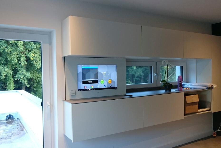 LCD Wandmodul in Küche mit TV und Android