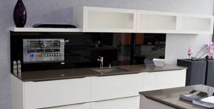 Küchenrückwand mit LCD für TV, Internet und Apps in der Küche individuell konfiguriert