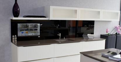 SMART VISION Küchenrückwand eingebaut ohne Platzverlust mit LCD-Display hinter einer eleganten Glasfront